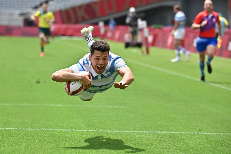 De Argentijnse rugbyer Lautaro Bazán Velez scoort een try in de olympische wedstrijd tegen Australië, gisteren in het olympisch stadion van Tokio. Het duel in poule A eindigde in een zege voor Argentinië: 29-19.  Beeld AFP