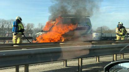"""Bestelwagen uitgebrand op R8: """"Net op terugweg van de garage"""""""