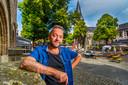 Sander Aalbertsen op de Oude Markt, die over drie jaar het hart van de Roze Zaterdag moet worden.