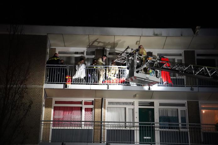 De brandweer moest er aan te pas komen om de neergeschoten man van de galerij naar de ambulance over te brengen.