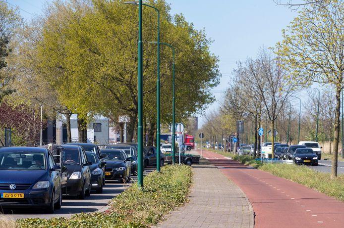 Filevorming bij het afvalbrengstation aan de Wageningselaan in Veenendaal.