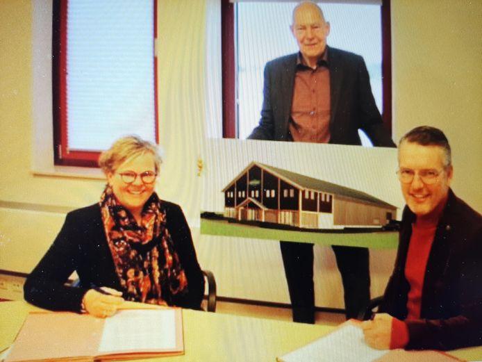 Wilma en Marcel van Viegen met wethouder Karl Maier en een beeld van hun nieuwe bedrijfspand in Maurik