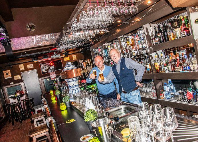 Horecabeesten. Toon Jansen (rechts) en Michel Engel. Toon werd ouder, de stad veranderde, maar Heuvel 15 ligt er binnen nog net zo bij als toen, gans in het begin.