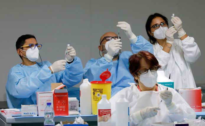 Beeld uit een vaccinatiecentrum in Napels, Italië.