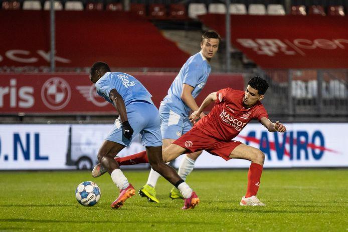 Emmanuel Matuta, van Jong PSV, in duel met Oussama Bouyaghlafen van Almere City.