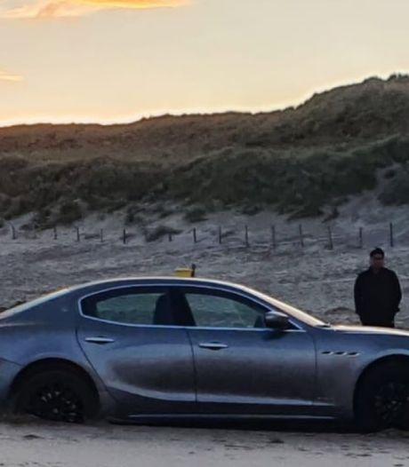Toeristen rijden peperdure gehuurde Maserati vast op strand in Noordwijk