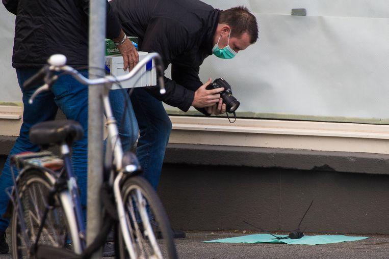 Een handgranaat op de Jan Evertsenstraat in Amsterdam, 14 augustus. Beeld ANP