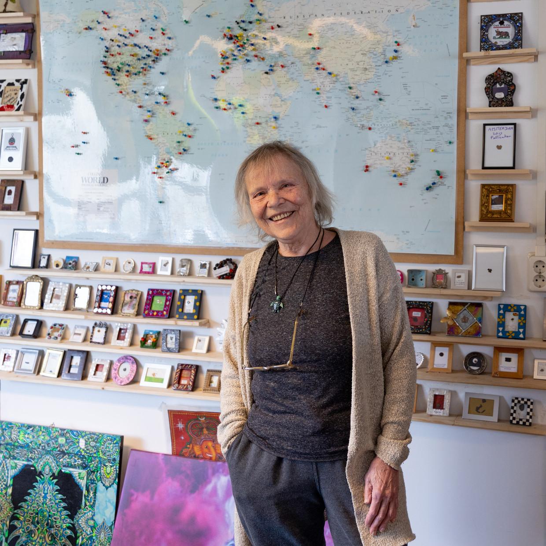 Mila Jansen, baas van Pollinator, voor de wereldkaart met de plekken waar de hasjmachine wordt gebruikt. Beeld Ines Vansteenkiste-Muylle