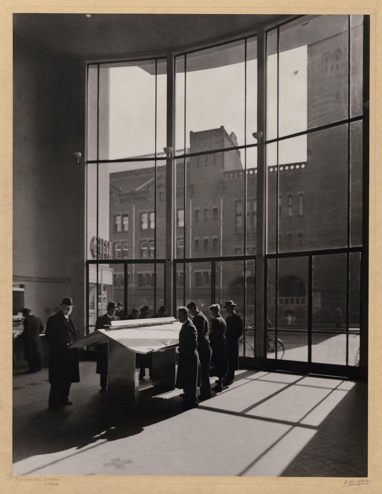 Beeld uit Modern Perspectives van Anneke van Veen. Evert van Ojen: Tijdingzaal 'Cineac', Amsterdam (1938). Beeld Universitaire Bibliotheken, Leiden