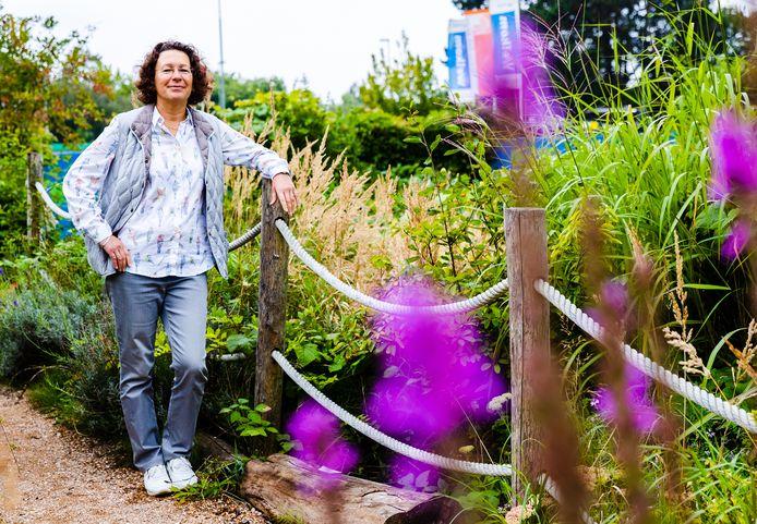 Nicole Schriek in de tuin van Duurzaamheidscentrum Weizigt in Dordrecht, de komende maanden wordt de tuin aan de voorzijde opnieuw ingericht.