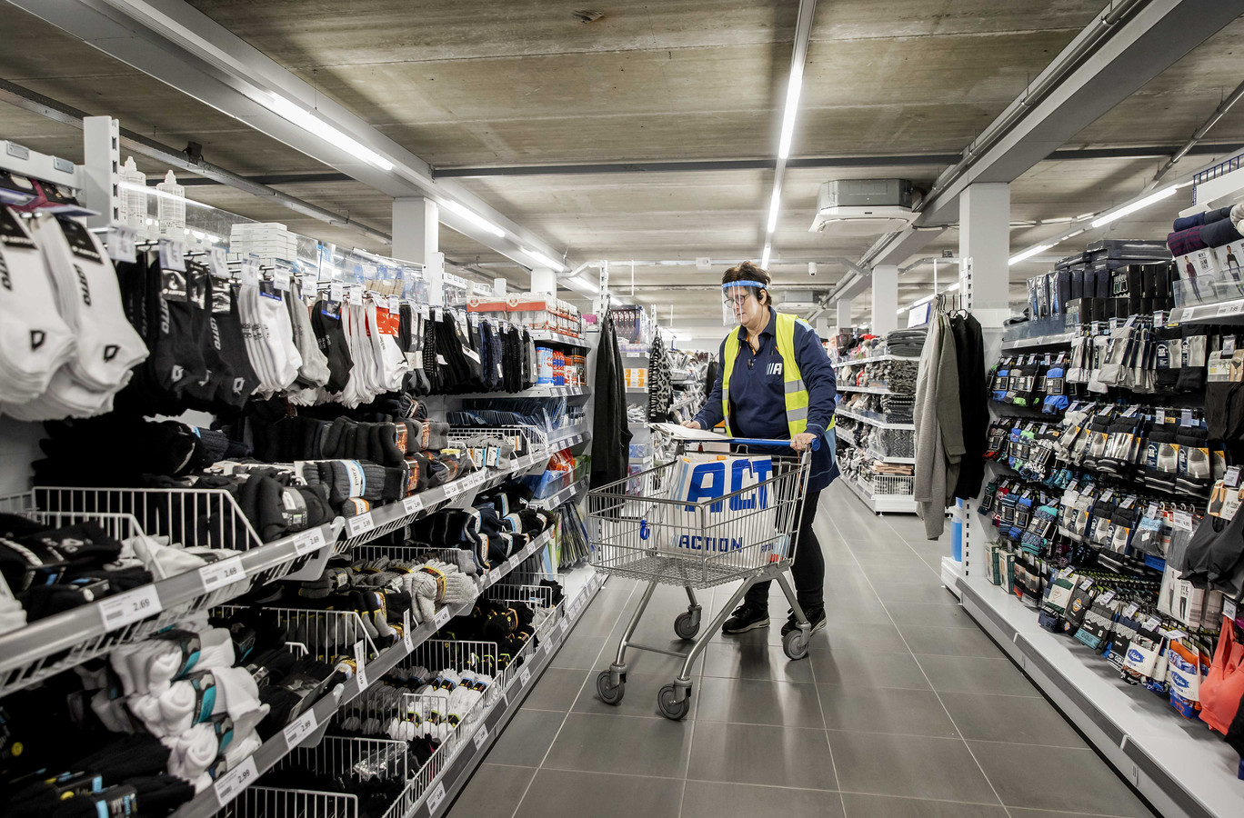 Een medewerker van Action verzamelt bestellingen in de winkel tijdens de laatste lockdown. Tijdens deze periode ontdekte de discountformule dat klanten het ook op prijs stellen om online producten te kunnen bestellen.