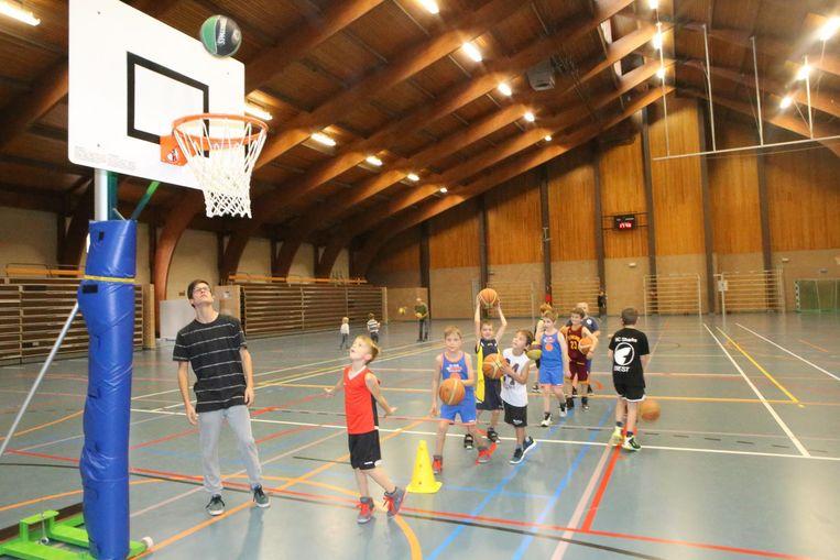 Jonge basketbalspelertjes in de sporthal van KTA 1.