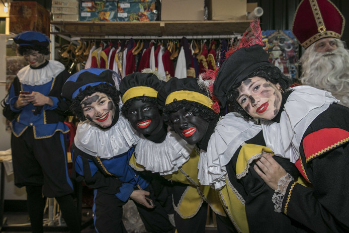 Zwarte Piet of roetveegpiet? Dat is de vraag. In Eindhoven zijn er enkele dialoogsessies gehouden over de kwestie. Maar de groep Eindhoven handhaaft Zwarte Piet was daar niet bij. Foto ANP / Dingena Mol