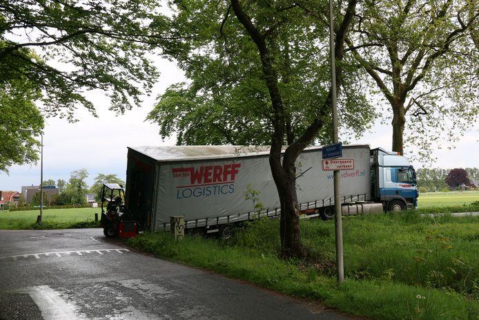 De vrachtwagenchauffeur kwam in de problemen toen hij de bocht te