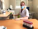 Klinisch bioloog dr. Silvie Nickmans hoopt snel de capaciteit van het aantal tests per dag te verhogen.
