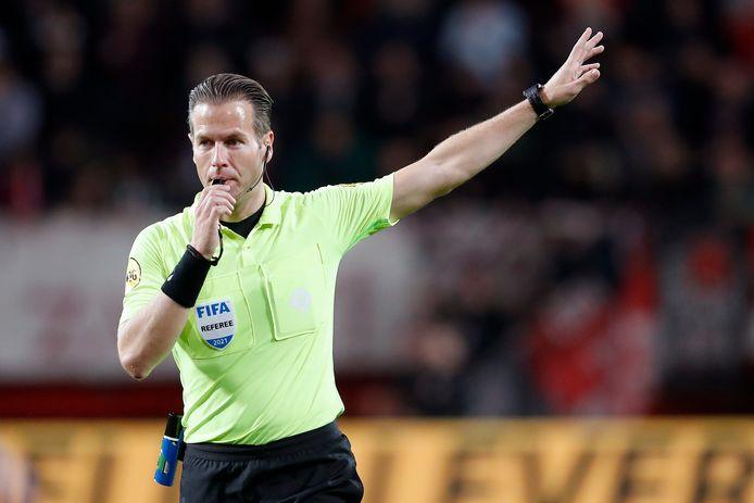 Danny Makkelie fluit tijdens FC Twente - AZ.