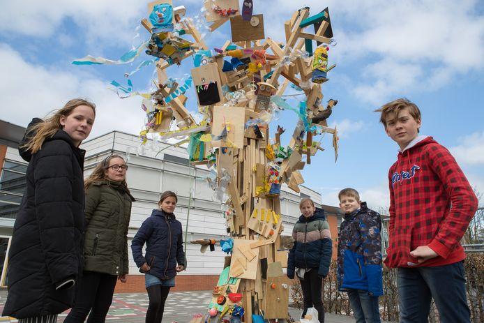 Jara, Jolie, Evi, Indy, Daniël en Koen hebben samen met hun klasgenoten meegewerkt aan het bouwen van de kunstige afvalboom.