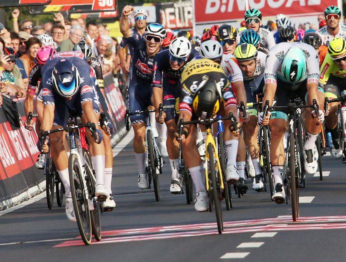 Verscholen tussen Dylan Groenewegen en Martin Laas sprint Baptiste Planckaert naar de zesde plaats. Jasper Philipsen (uiterst links) won het Kampioenschap van Vlaanderen.