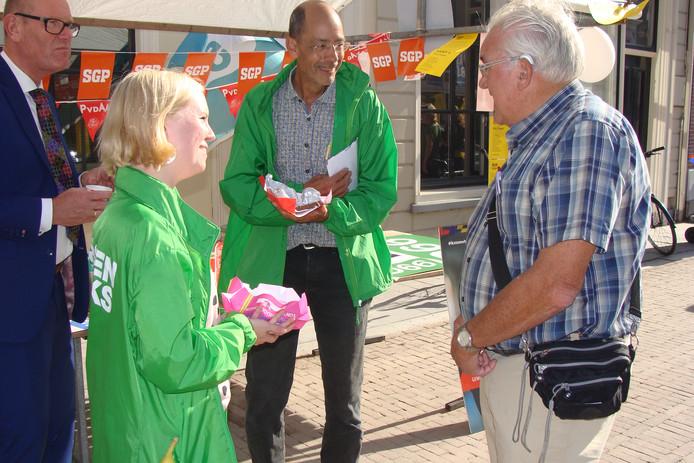 Twee GroenLinksers in gesprek met inwoner Vianen op de kick-off van de gemeenteraadsverkiezingen Vijfheerenlanden op 21 november.