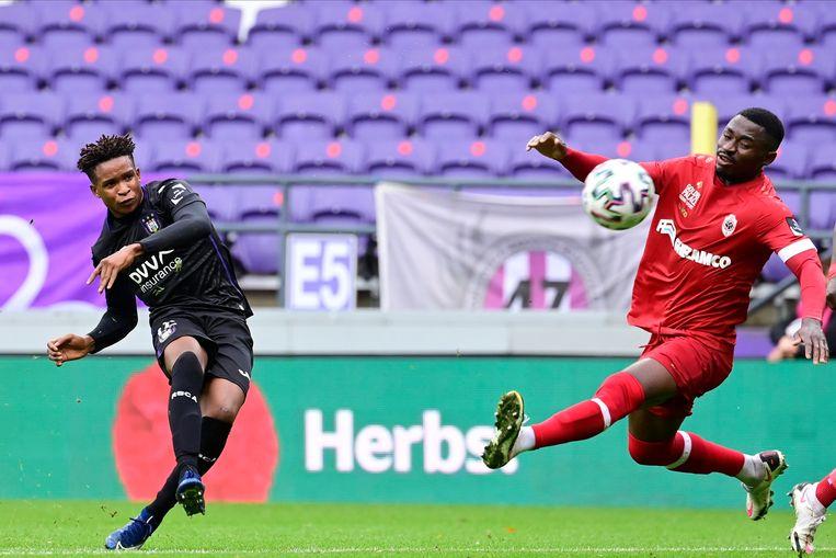 De Nigeriaan Paul Mukairu krult de 1-0 in doel voor Anderlecht. Beeld Photo News