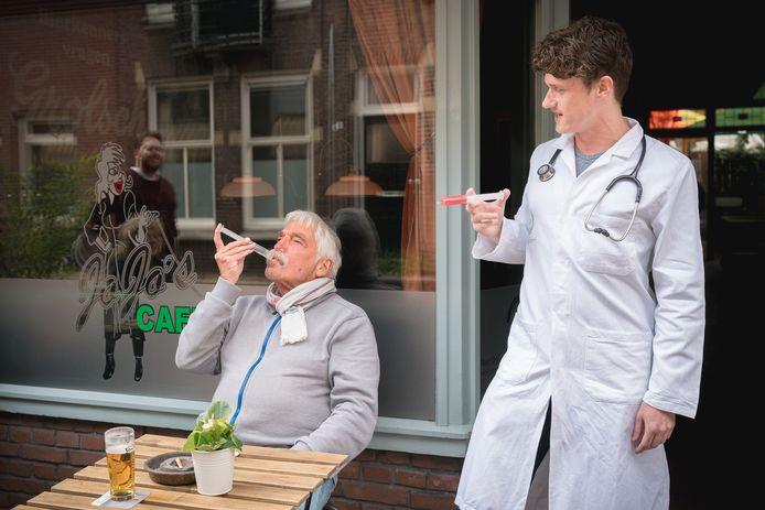 Nikky Swinkels (rechts) biedt een klant een vaccinshot aan.