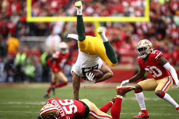 Kwon Alexander van de San Francisco 49ers tackelt Marcedes Lewis van de Green Bay Packers. Beeld AFP