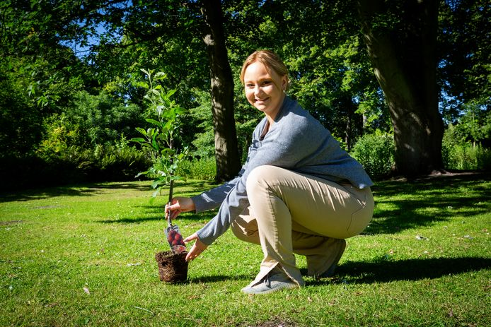 Michella de Jong (16) met de eerste van 1000 gratis bomen die de gemeente uitdeelt aan bewoners.