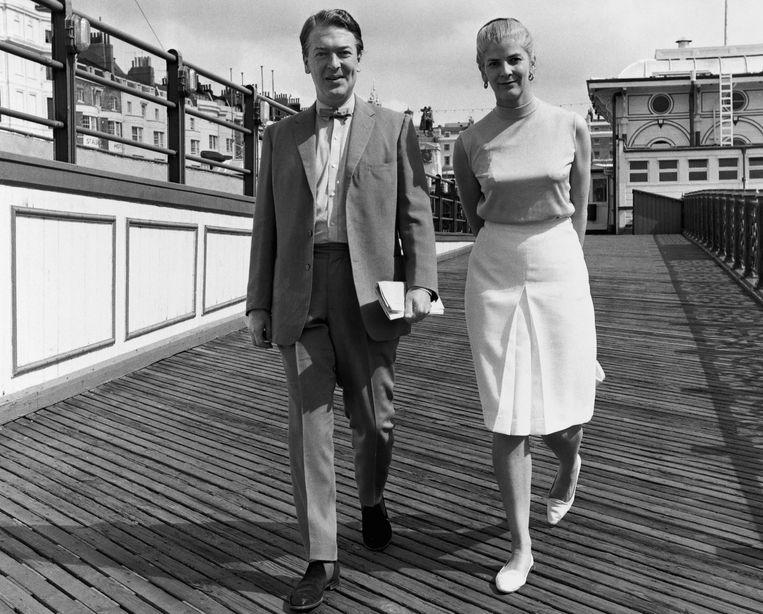 Elizabeth Jane Howard samen met haar nieuwe echtgenoot Kingsley Amis , 1965. Beeld Hulton Deutsch