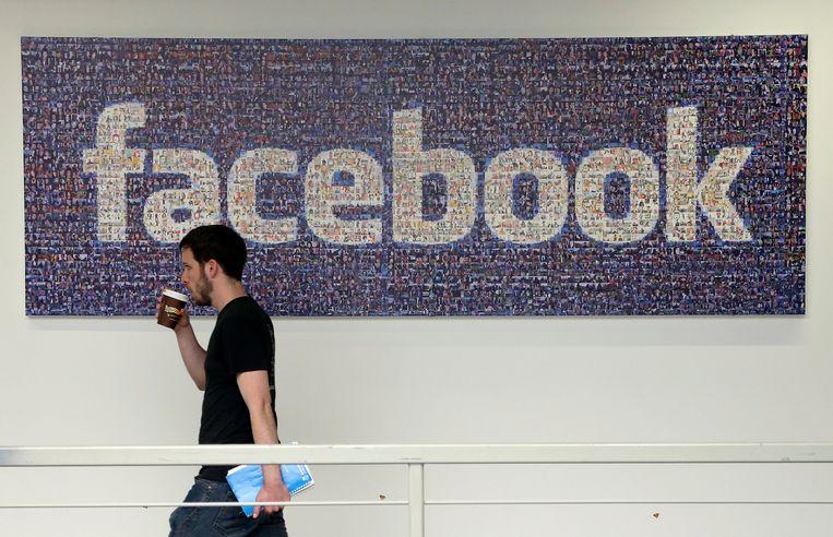 Een Facebookwerknemer op het hoofdkwartier in Silicon Valley krijgt na corona iets te kiezen over wel of niet thuiswerken.  Beeld AP