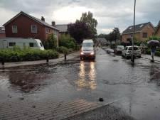 Wateroverlast in Rijssen na wolkbreuk: gat in de weg en straten blank