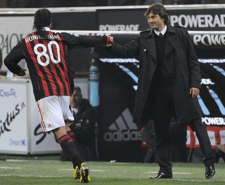Ronaldinho krijgt felicitaties van zijn trainer Leonardo. Beeld UNKNOWN