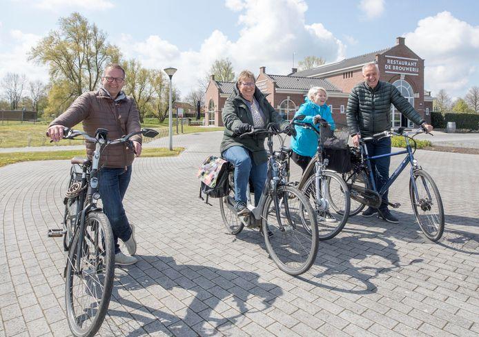 René Baljon, Danielle Plug, Anja en Dick van Duijn (vlnr) bij restaurant De Brouwerij. Op naar de volgende ravitailleringsplek.