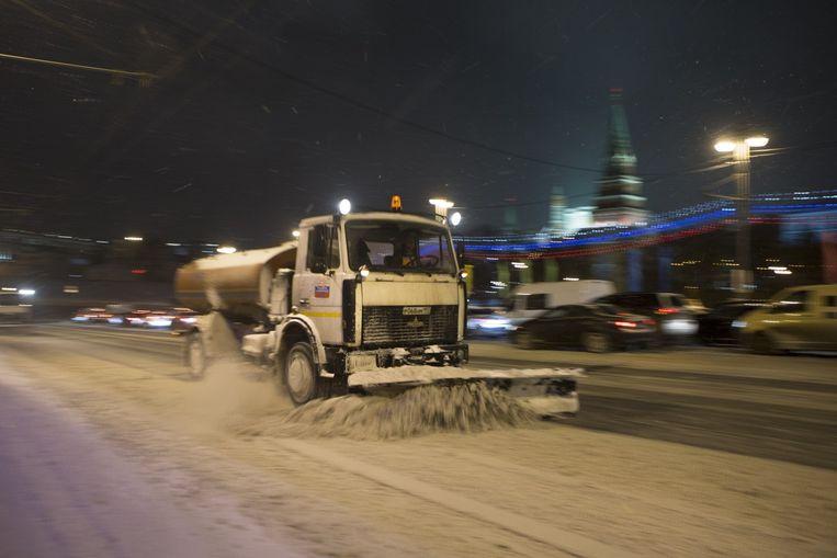 Een sneeuwschuiver in Moskou. Beeld ap