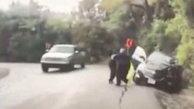 Snelle reflex van heldhaftige agent redt gecrashte vrouw van nieuw gevaar