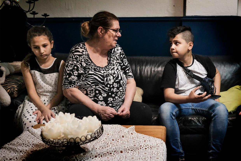 Venetia Harontzas organiseert een dagelijkse huiswerkklas 'voor kinderen die niemand wil hebben'. Beeld Daniel Rosenthal