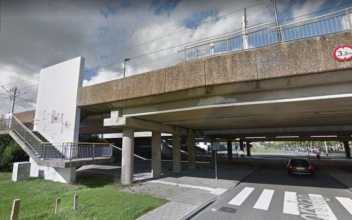 Het viaduct over de Doorslag in Nieuwegein met daar bovenop de sneltramhalte Merwestein.