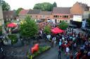 Het WK-dorp met groot scherm op het Kerkplein in Herent. Organisator Wild van H gaat voor het EK opnieuw voor een groot scherm in openlucht maar op een andere locatie.