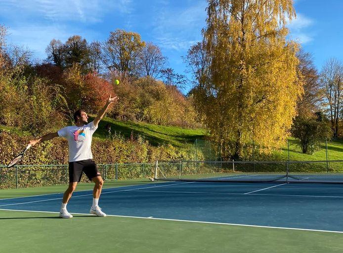 Roger Federer staat weer op een tennisveld.