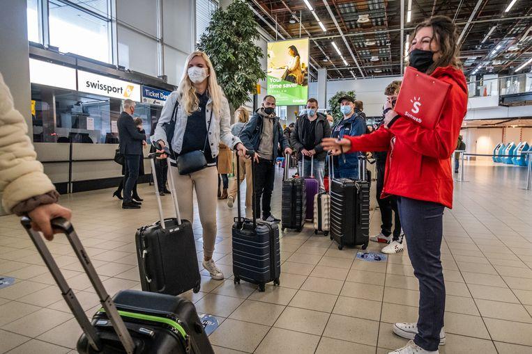 Vanaf Schiphol vertrekken 189 vakantiegangers naar Rhodos voor een testvakantie. Beeld Joris van Gennip