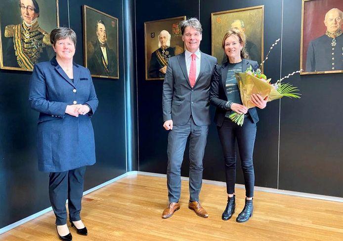 Burgemeester Paul Depla van Breda, met naast hem zijn partner Liesbeth Vondervoort. Links de commissaris van de Koning in Brabant, Ina Adema.