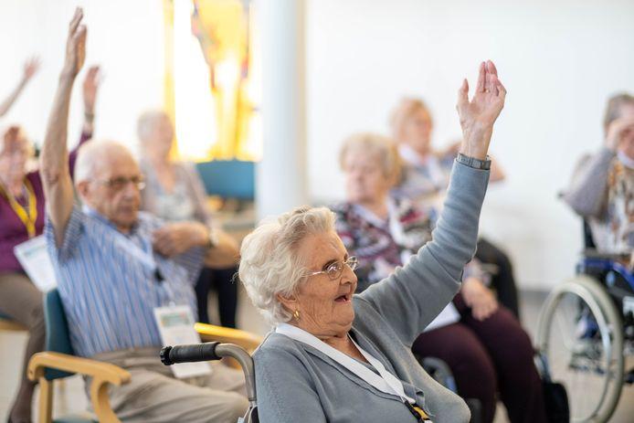 Bewoners van WZC Sint Pieter nemen deel aan sessie zitdans