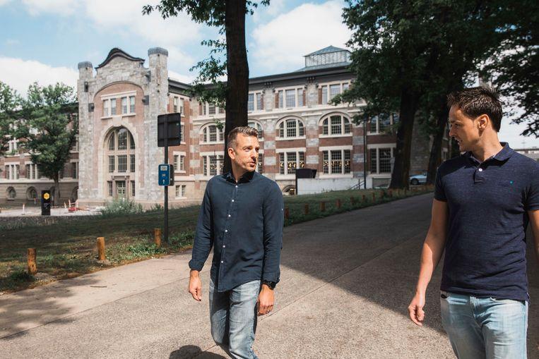 Kevin (links) spreekt met kandidaat Thomas (rechts) tijdens een wandeling doorheen de site van het Thor Park.