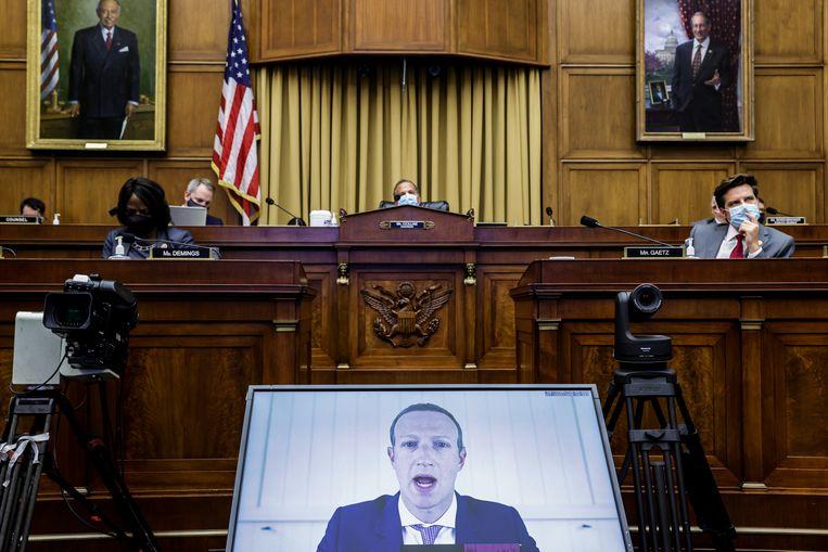 Mark Zuckerberg (Facebook) verantwoordt zich woensdag tijdens een hoorzitting in het Amerikaanse Huis van Afgevaardigden via een videoverbinding. Beeld Getty