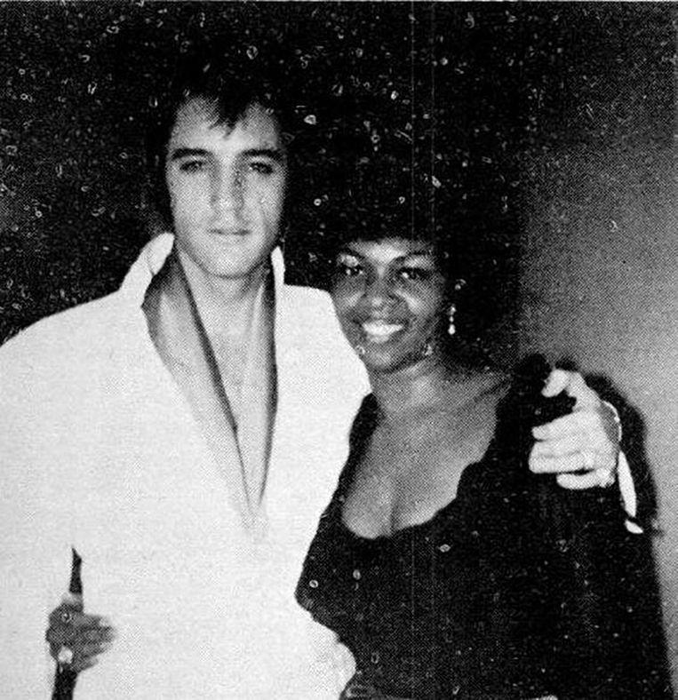 Elvis met zijn achtergrondzangeres Cissy Houston. Presley stond erop om iedereen in zijn entourage gelijk te behandelen.  Beeld RV