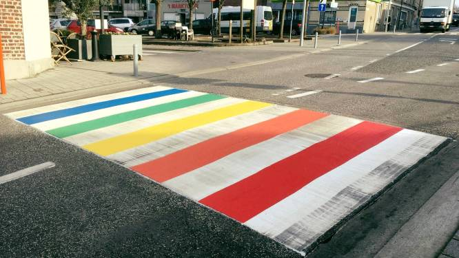 Zebrapad in alle kleuren van de regenboog in Gavere