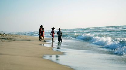 Kinderen spelen in rioolwater: vervuiling zee in Gaza bereikt hoogtepunt