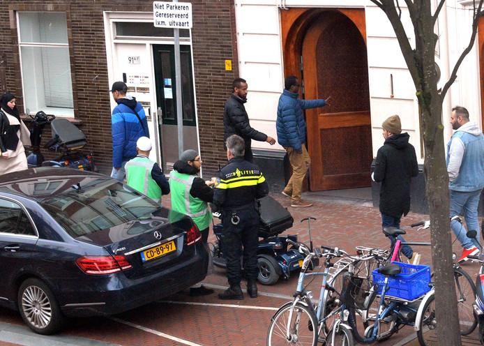 Ook bij de moskee aan de Stationsweg in Den Haag wordt er extra gesurveilleerd.
