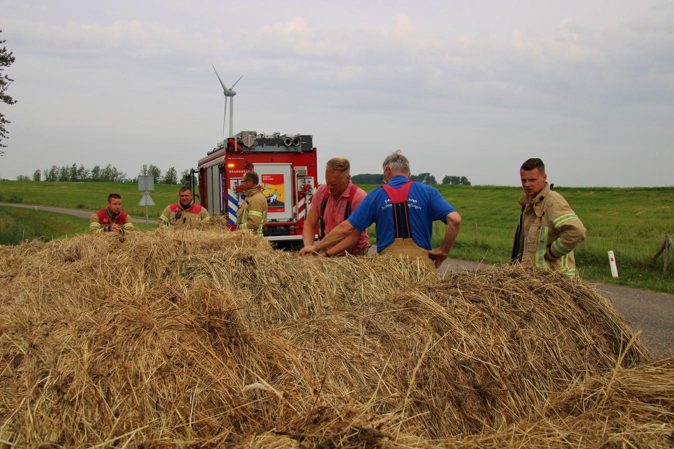 De brandweer besloot dat de hooibalen uit de berm moesten worden weggehaald.