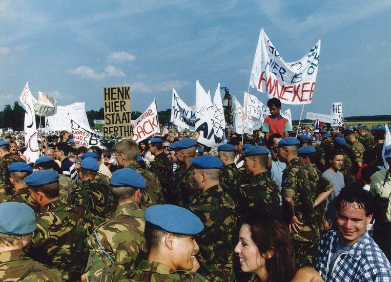 Vrienden en familieleden verwelkomen de militairen van Dutchbat bij hun terugkeer uit Zagreb.  Beeld Hollandse Hoogte /  ANP