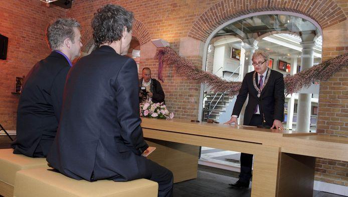 De Amsterdamse burgemeester Eberhard van der Laan voltrekt een homohuwelijk. In maart was het precies 10 jaar geleden dat het eerste huwelijk tussen partners van hetzelfde geslacht werd gesloten. © ANP